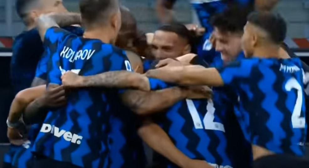 La ammucchiata per esultare dopo il 4-3 durante Inter-Fiorentina